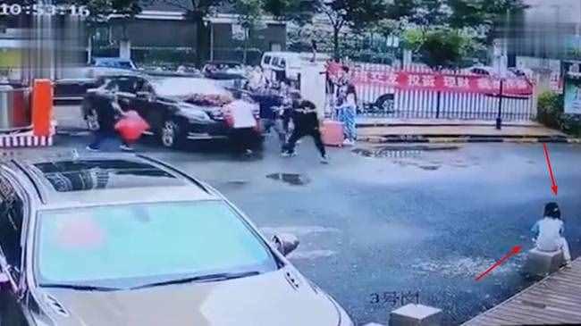 奔驰婚车失控姐弟俩被撞身亡详情经过 现场视频照片曝光令人心