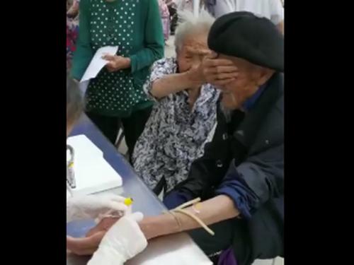 98岁爷爷抽血100岁奶奶帮捂眼睛 详情画面曝光网友直呼好治愈