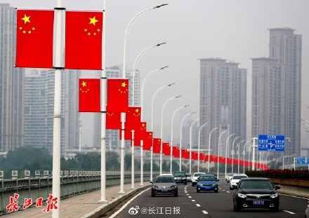 4万面五星红旗挂上武汉街头 现场图曝光原因令人动容