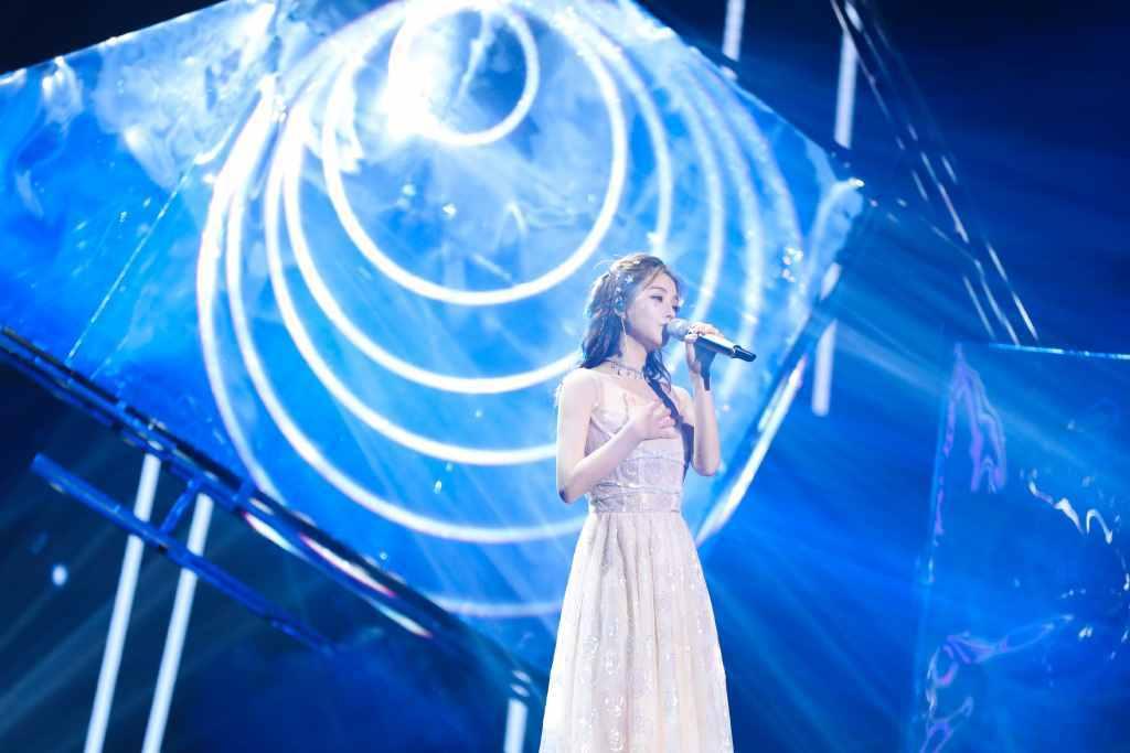 冯提莫同时登上两大平台直播跨年晚会,用两年上三大主流卫视