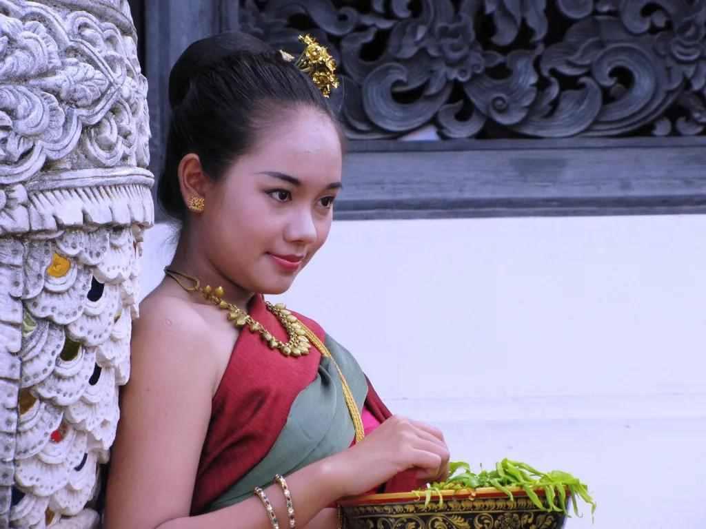 毕业后在泰国工作,娶了个泰国老婆很知足
